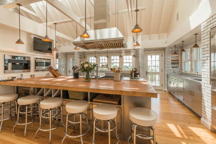 7 Incredible Celebrities Kitchens that make you lose your mind ➤Discover the season's newest designs and inspirations. Visit us at www.designbuildideas.eu #designbuildideas #homedecorideas #colorschemeideas @designbuildideas