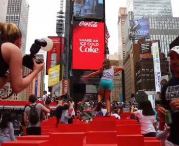 Coca-Cola 3D Robotic Billboard in Times Square is Pretty Awesome! ➤ Discover the season's newest designs and inspirations. Visit Design Build Ideas at www.designbuildideas.eu #designbuildideas #dailydesignnews #cocacola #designnews #designagenda @designbuildidea