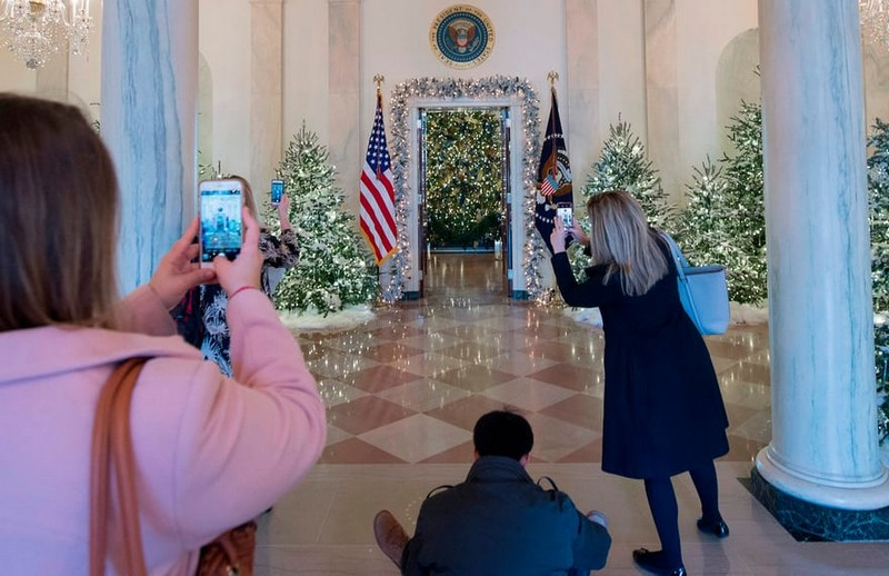 Melania Trump Unveils Long-awaited 2017 White House Christmas Decorations - Christmas 2017 - White House Christmas Tours 2017 ➤ Discover the season's newest designs and inspirations. Visit Design Build Ideas at www.designbuildideas.eu #designbuildideas #WhiteHouse #ChristmasDecorations #MelaniaTrump #Christmas2017 @designbuildidea white house christmas decorations Melania Trump Unveils White House Christmas Decorations Melania Trump Unveils Long awaited 2017 White House Christmas Decorations Christmas 2017 White House Christmas Tours 2017 14