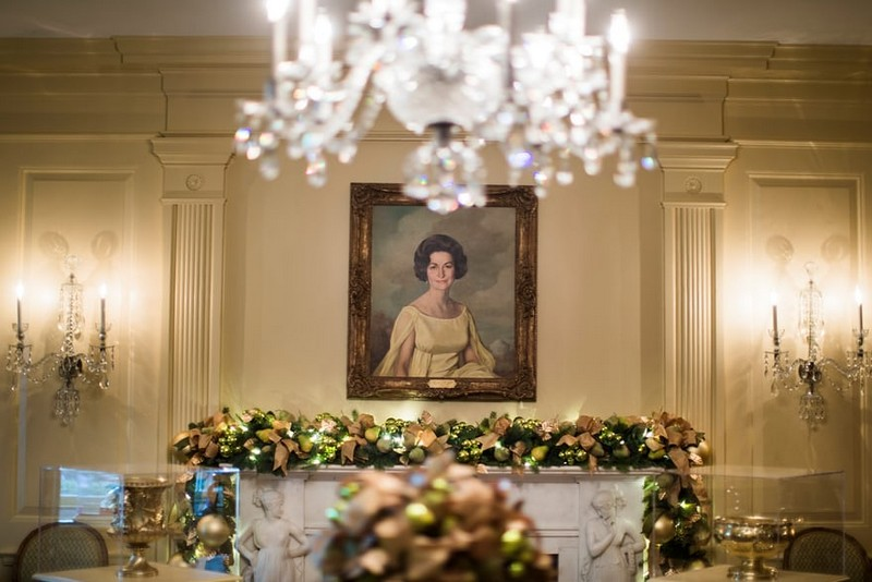 Melania Trump Unveils Long-awaited 2017 White House Christmas Decorations - Christmas 2017 - White House Christmas Tours 2017 ➤ Discover the season's newest designs and inspirations. Visit Design Build Ideas at www.designbuildideas.eu #designbuildideas #WhiteHouse #ChristmasDecorations #MelaniaTrump #Christmas2017 @designbuildidea white house christmas decorations Melania Trump Unveils White House Christmas Decorations Melania Trump Unveils Long awaited 2017 White House Christmas Decorations Christmas 2017 White House Christmas Tours 2017 15