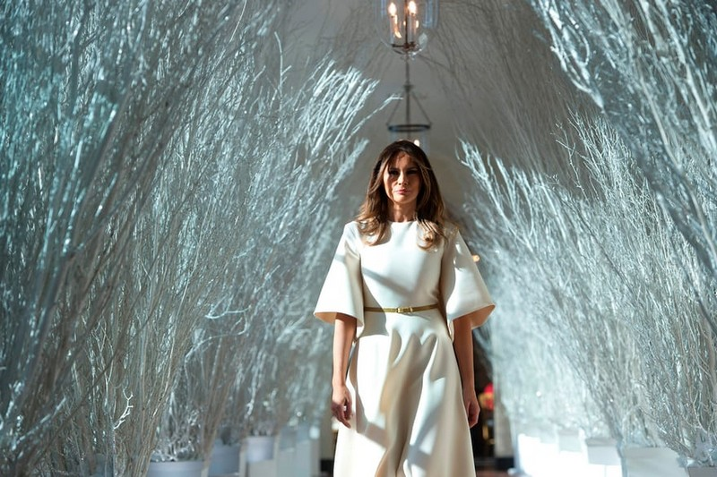 Melania Trump Unveils Long-awaited 2017 White House Christmas Decorations - Christmas 2017 - White House Christmas Tours 2017 ➤ Discover the season's newest designs and inspirations. Visit Design Build Ideas at www.designbuildideas.eu #designbuildideas #WhiteHouse #ChristmasDecorations #MelaniaTrump #Christmas2017 @designbuildidea white house christmas decorations Melania Trump Unveils White House Christmas Decorations Melania Trump Unveils Long awaited 2017 White House Christmas Decorations Christmas 2017 White House Christmas Tours 2017 17