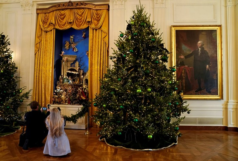 Melania Trump Unveils Long-awaited 2017 White House Christmas Decorations - Christmas 2017 - White House Christmas Tours 2017 ➤ Discover the season's newest designs and inspirations. Visit Design Build Ideas at www.designbuildideas.eu #designbuildideas #WhiteHouse #ChristmasDecorations #MelaniaTrump #Christmas2017 @designbuildidea